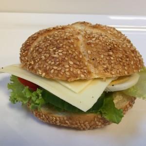 Sesambrötchen Mit Gouda - Käse Und Dekoration